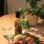 Mit Fertig-Salat von Rewe, Speck, Käse, Ei und Tomaten.