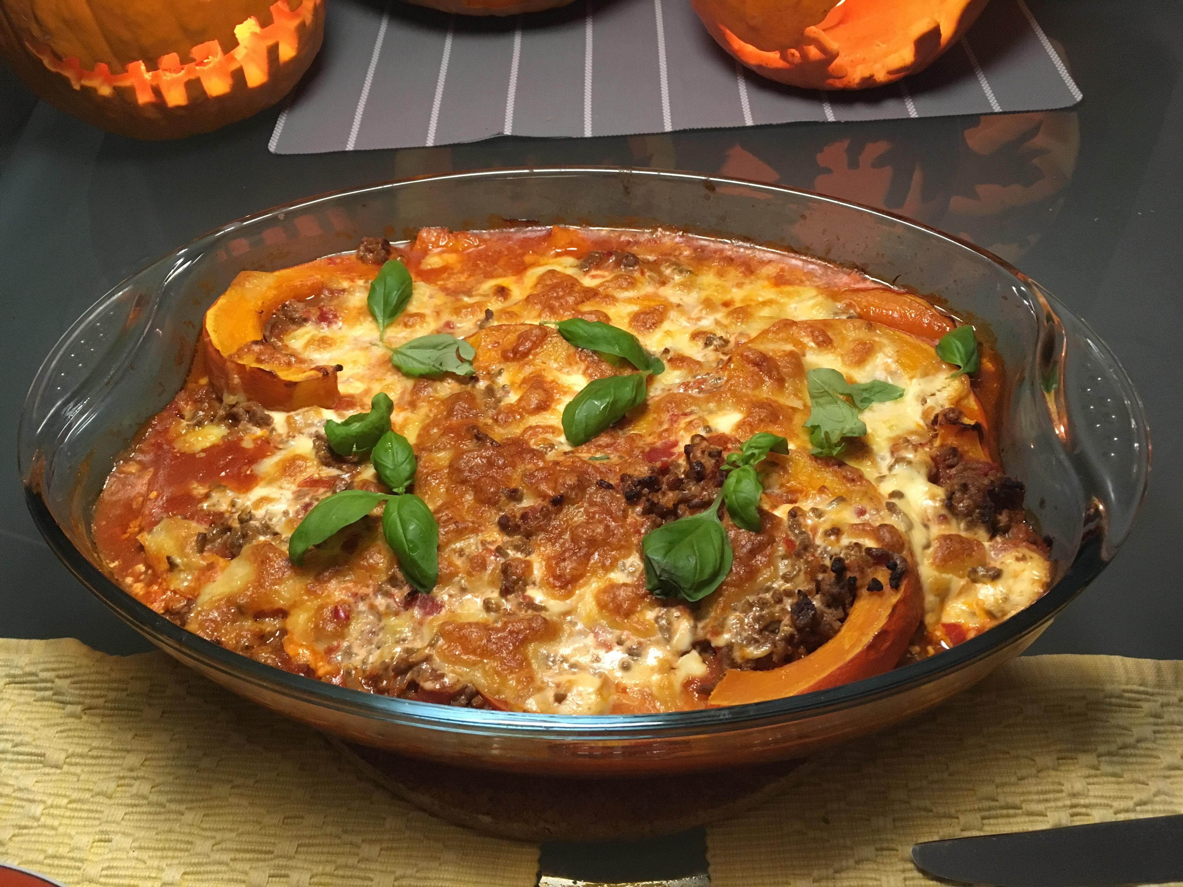 Butterweicher Kürbis in einer Tomaten-Rindfleischsoße und mit Cremefraiche und Mozzarella überbacken.