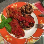 Trio auf dem Teller: Champignons, Tomatensoße und Nudeln.